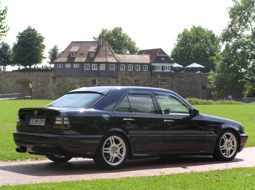 W202 – 2009-07 – Einfach mal in den Weg stellen und hoffen, keiner will ins Wohngebiet fahren – Esslingen, Dicker Turm