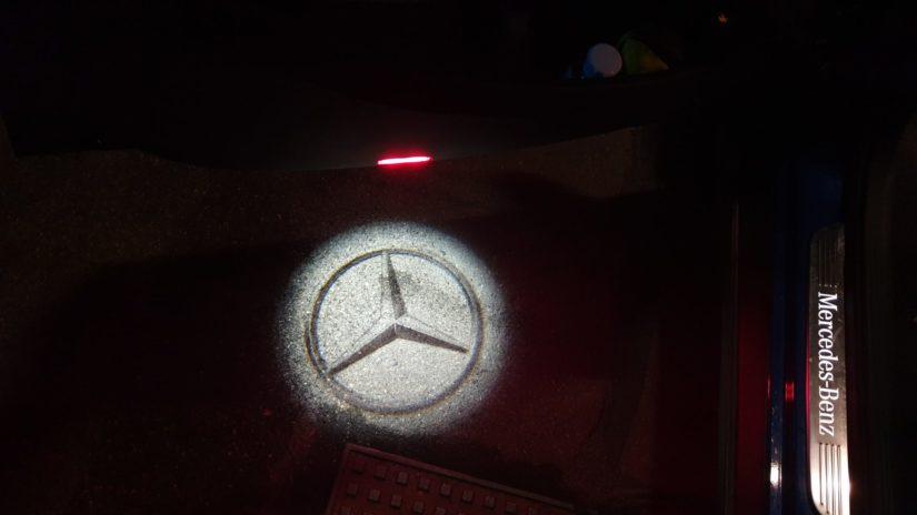 Mercedes-Benz GLC250 (X253) – Modifikationen – Interieur – Originale Ausstiegsleuchte mit Mercedes Stern an den vorderen Türen